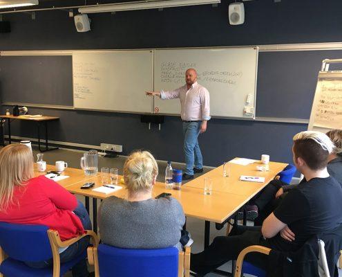 Jacob træner i kunderservice og kommunikation ved kursus
