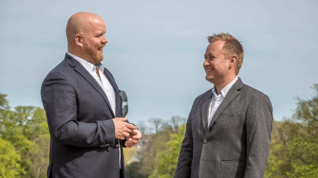 Jacob og Steffen står og planlægger det næste kundeservicekursus